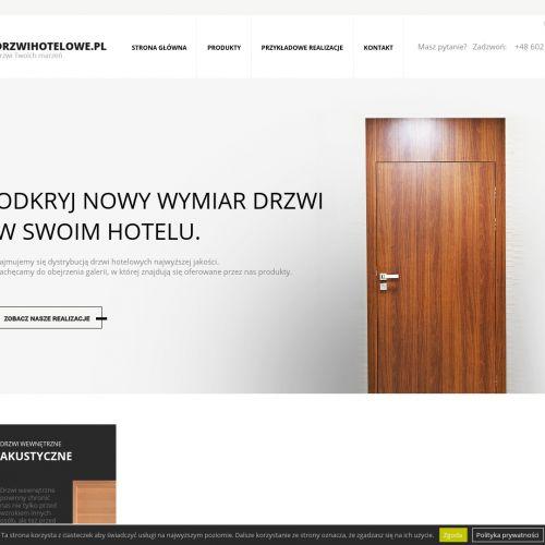 Drzwi do pokoi hotelowych